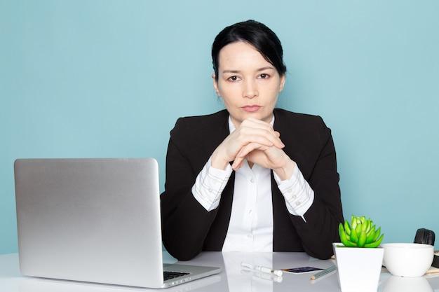 Empresaria en su escritorio de oficina