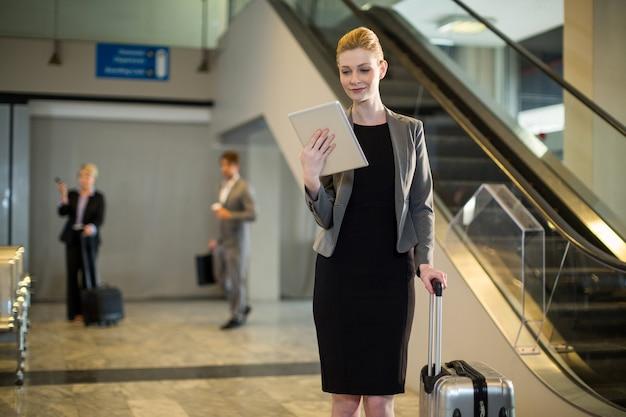 La empresaria mediante tableta digital