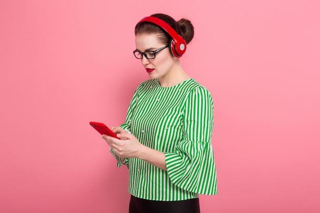 Empresaria con teléfono y auriculares