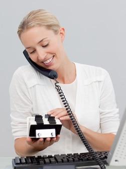 Empresaria en el teléfono y mirando a un titular de índice