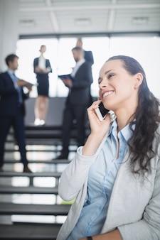 La empresaria mediante teléfono móvil