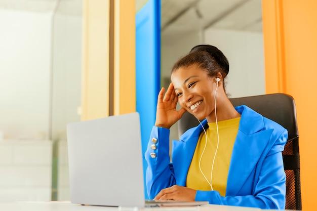 La empresaria tener una reunión en línea