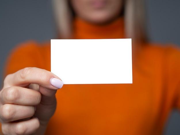 La empresaria tiene tarjeta de visita en blanco