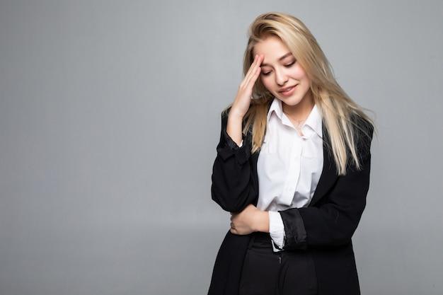 La empresaria toma las manos en la cabeza de los templos, joven y atractiva mujer de negocios concepto de hombre de negocios estresado, dolor de cabeza, deprimido, dolor, aislado