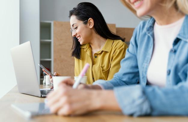 La empresaria tomando notas junto a su colega