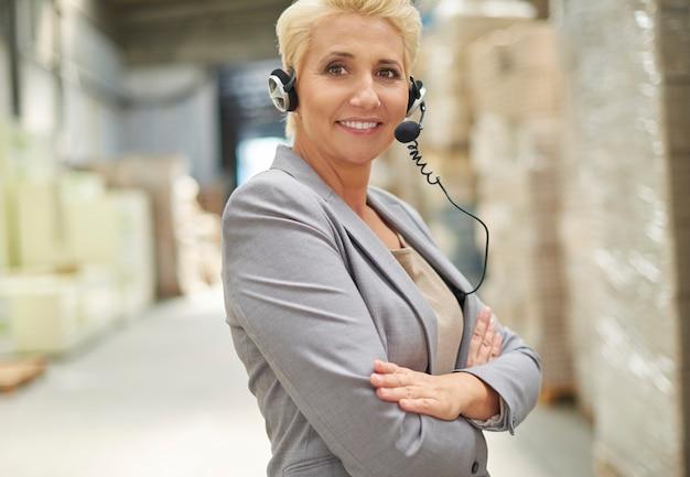La empresaria trabajando en almacén