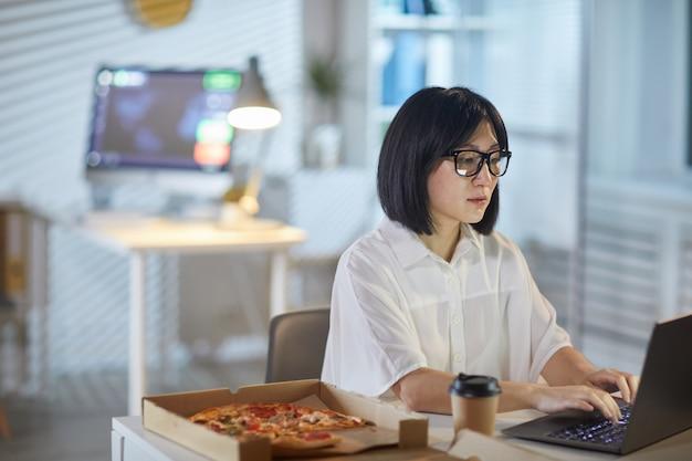 Empresaria trabajando durante el almuerzo