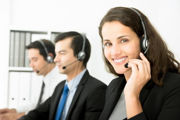 Empresaria trabajando en call center