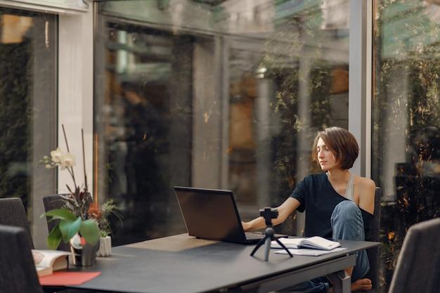 Empresaria trabajando en casa en cuarentena