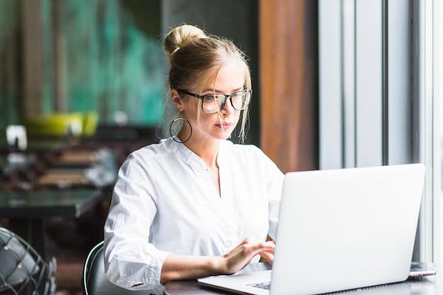 Empresaria trabajando en la computadora portátil