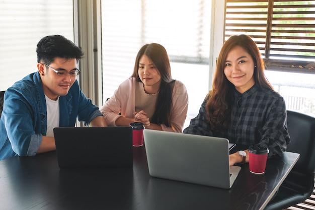 Una empresaria trabajando y discutiendo sobre datos comerciales con sus colegas en la oficina