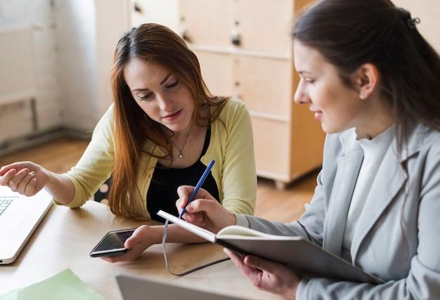 Empresaria trabajando juntos en el lugar de trabajo
