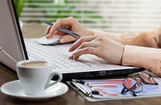 Empresaria trabajando en la oficina con artículos para hacer negocios