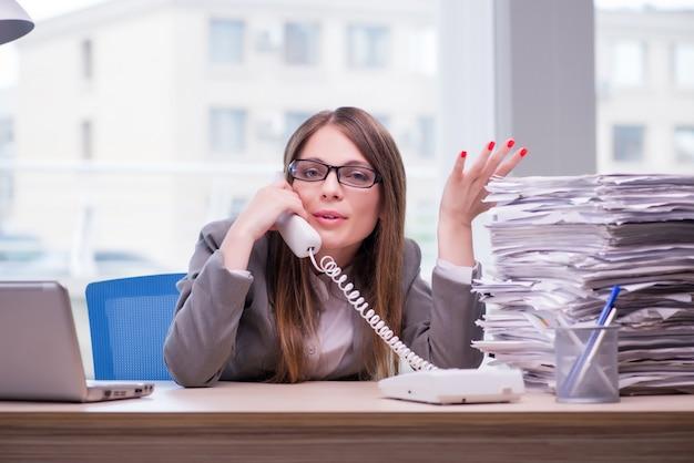Empresaria trabajando en la oficina