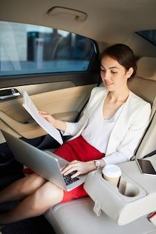 Empresaria trabajando en taxi