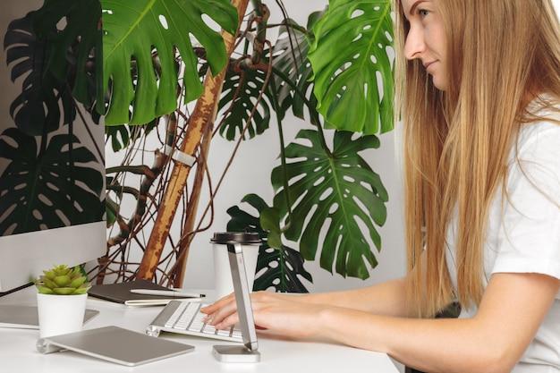 Empresaria usando su computadora en una oficina o en casa