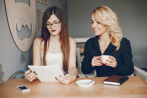 Empresarias en un caffe