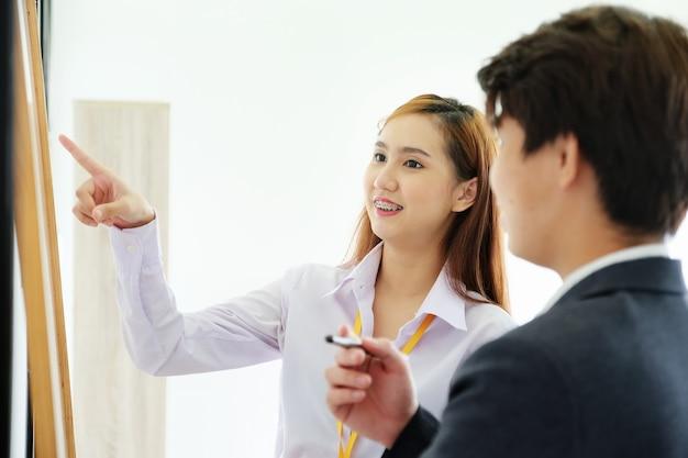 Empresarias y consultoras están discutiendo y planificando el marketing y el aumento de las ganancias de inversión.