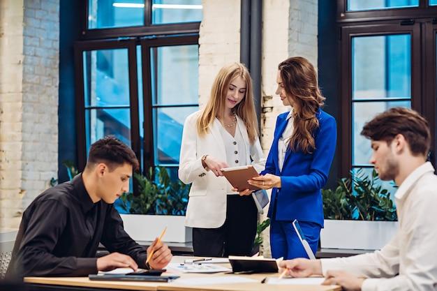 Empresarias y empresarios que trabajan en la oficina