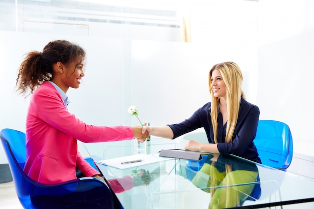 Empresarias entrevista apretón de manos multi étnica