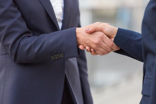Empresarias estrechándole la mano
