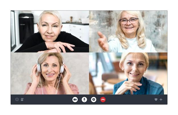 Empresarias mayores hablando a través de una videollamada