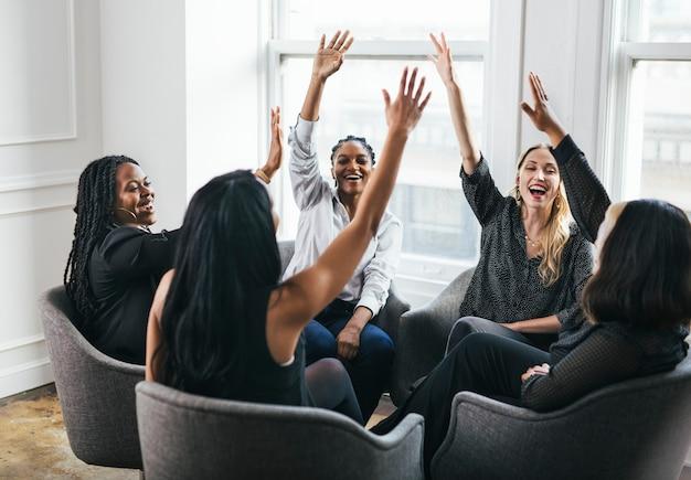 Empresarias poniendo las manos en el medio