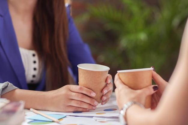 Empresarias tomando café en un descanso