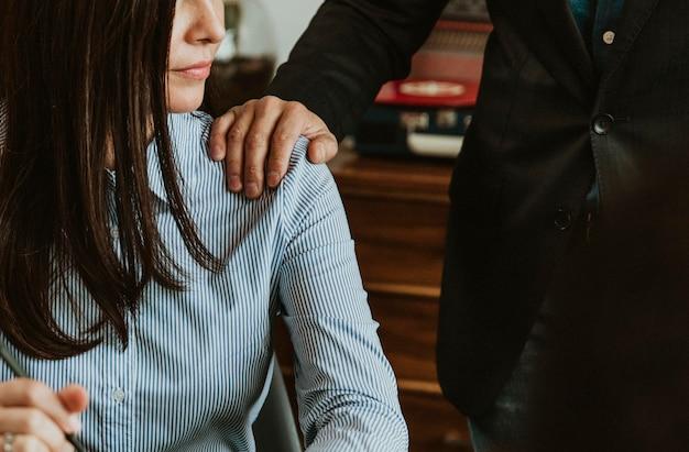 El empresario acaricia a un colega en su hombro