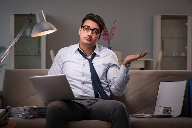 Empresario adicto al trabajo trabajando hasta tarde en casa