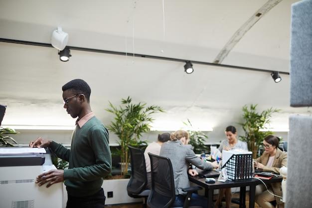 Empresario africano escaneando documentos en la oficina