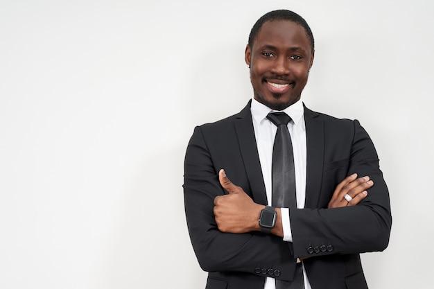 Empresario africano sonriente con los pulgares para arriba