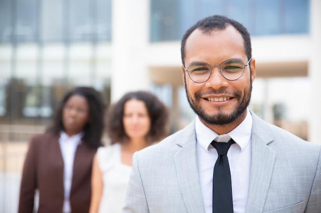 Empresario afroamericano alegre
