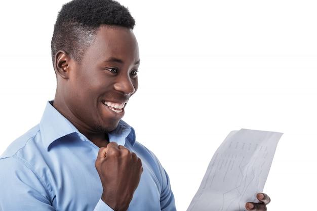 Empresario afroamericano gritando de felicidad