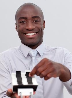 Empresario afroamericano mirando un índice titular