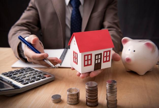 Empresario agente oferta venta casa. concepto de mercadotecnia de la casa.