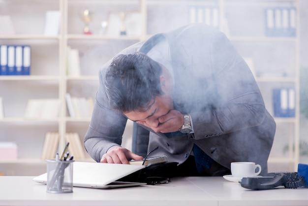 Empresario durante la alarma de incendio en la oficina