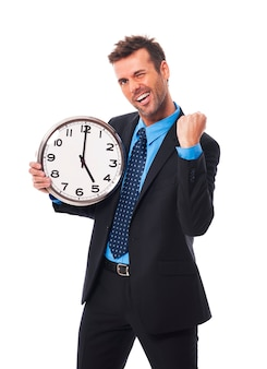 Empresario alegre terminando su trabajo hoy