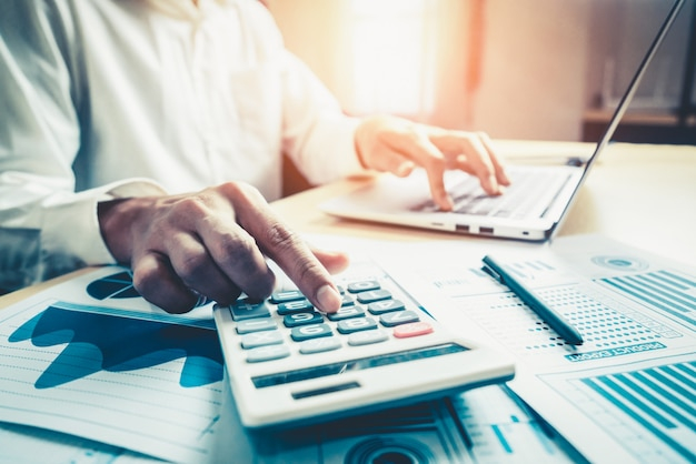 Empresario analiza datos de investigación de mercado de valores