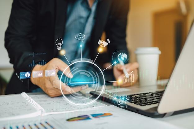 Empresario analizando el informe financiero de la empresa con gráfico de realidad aumentada