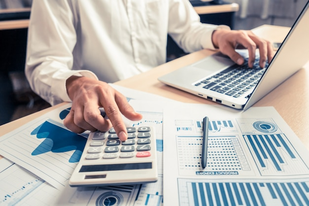 Empresario analizar datos de investigación de mercado de valores.