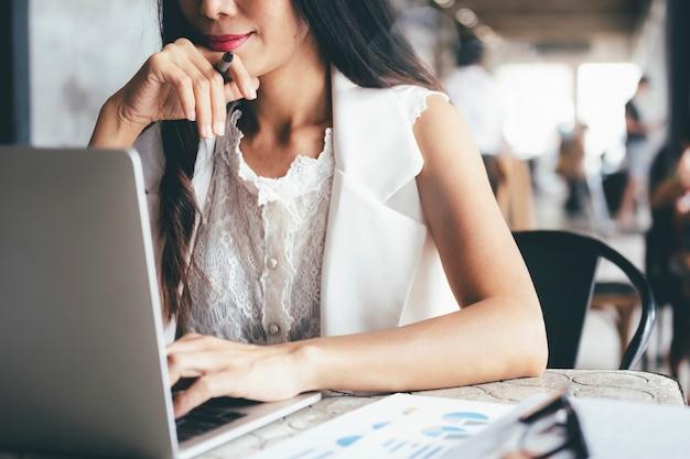 Empresario analizar datos de marketing de inversión.