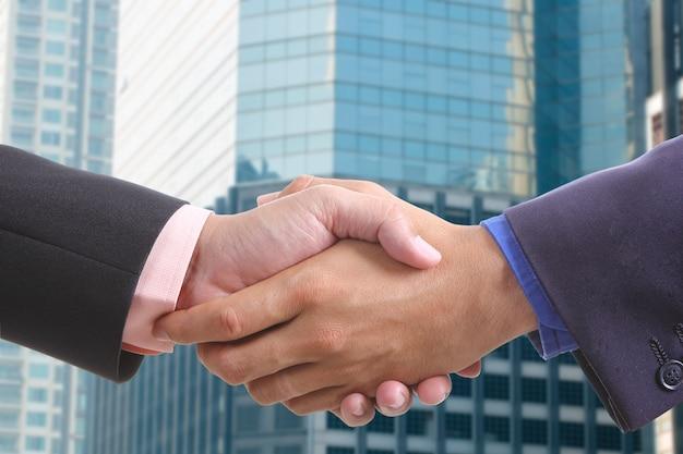 Empresario un apretón de manos después de terminar discutido