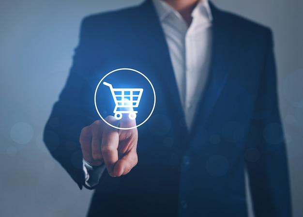 Empresario apuntando al botón de la tienda virtual. concepto de compra online, e-commerce y b2c.