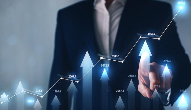 Empresario apuntando aumento gráfico de forex. mercado comercial y financiero. concepto de mercado de valores. información de datos de comercio de divisas.