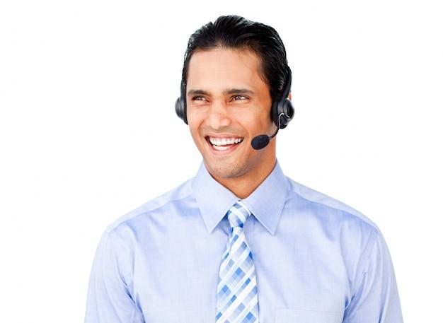 Empresario asiático con auriculares en