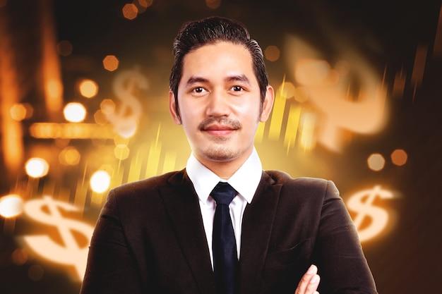 Empresario asiático de pie con dólar virtual sobre fondo digital