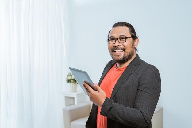 Empresario asiático sonriente mirando a cámara