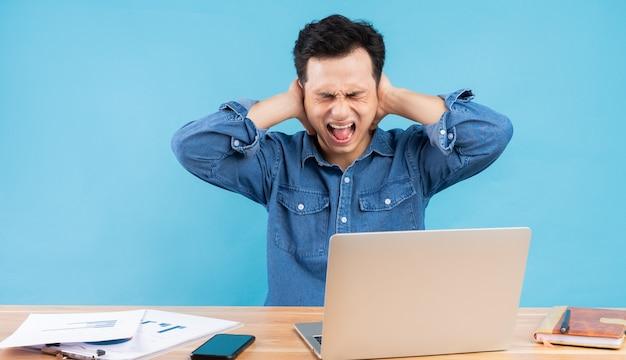 El empresario asiático se tapó los oídos y gritó por la presión del trabajo.