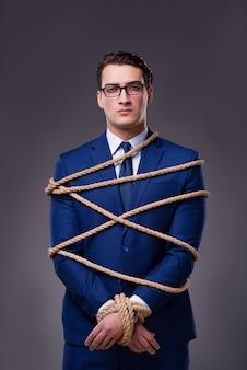 Empresario atado con cuerda